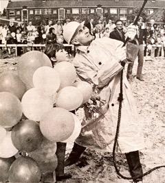 16 mei 1972 Jan Bomans heit de eerste paal bij de bouw van de Godfried Bomansschool in Rijswijk