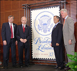 Presentatie van postzgel 'Presidential Libraries' in de Clinton Library, Little Rock, 2005. V.l.n.r. Skip Rutherford (chairman USPS), dr. Allen Weinstein (archivist of the USA), Alan C.Kessler (vice-chairman Board of Governers USPS), oud-president William J.Clinton