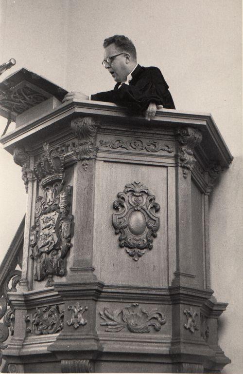 Ds. F.E.van der Zee (1923-1983) omstreeks 1960 op de kansel van de Hervormde Kerk in Egmond aan Zee