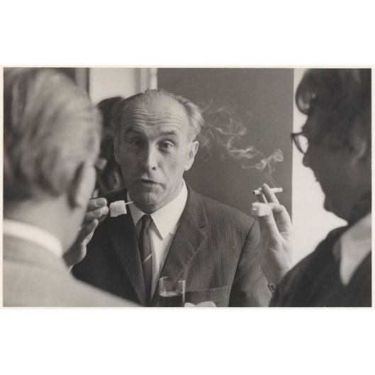 J.A.Bomans in gesprek tijdens opening van toonzaal textielfirma De Ploeg in Heemstede, 28 maart 1969.