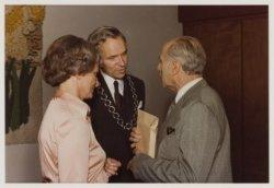 Jan Bomans (rechts) neemt in 1978 in het raadhuis van Heemstede afscheid van burgemeester Quarles van Ufford en echtgenote