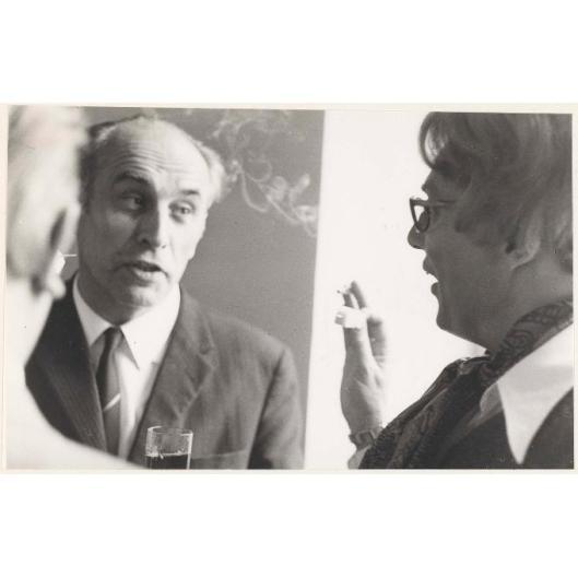Jan Bomans, toenmalig gemeenteraadslid, in gesprek tijdens de officiële opening van showroom weverij De Ploeg uit Bergeyk in het Oude Slot te Heemstede, 1969 (foto Textielmuseum Tilburg)