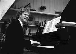 Jurriaan Ansriessen aan de piano in 1988 tijdens een uitvoering van 'Portret van Hedwig' in Galerie Dubbel Twee (foto Jan Dekker)
