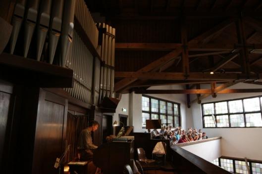Organist Piet Hulsbos aan het orgel van Nieuw Vredenhof