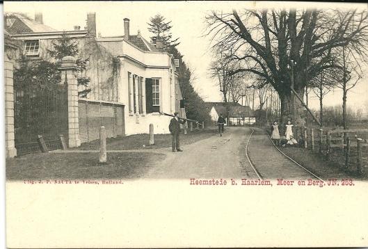 Grenspalen voor Meer en Berg op een ansichtkaart uit begin 1900. Op de achtergrond de boerderij op de plaats waar zich nu de wijk Merlenhoven bevindt,