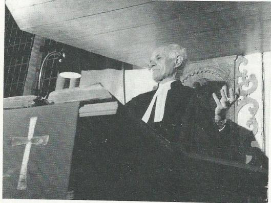 Dominee J.W.van Nieuwenhuizen op de kansel. Komende uit Nijmegen is hij 31 maart 1946 in Heemstede bevestigd en 1 mei 1961 met emeritaat gegaan. (Overleden 11 juni 1974).