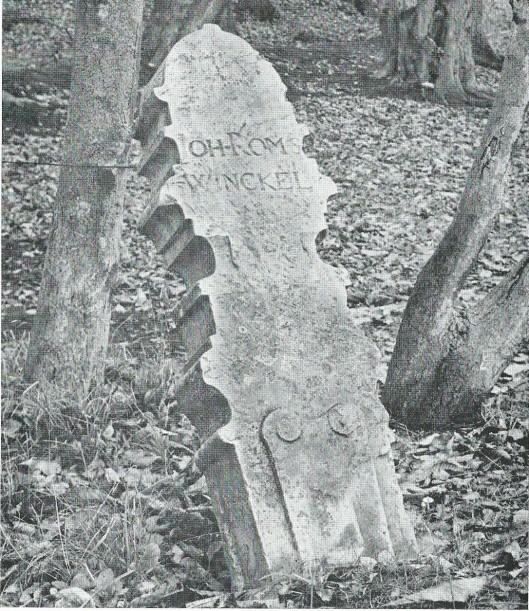 Grenspaal op het landgoed Leyduin' met inscriptie 'Joh. Romswinckel' ,Deze gefortuneerde koopman liet in 1701 zijn duingebied met grenspalen afzetten