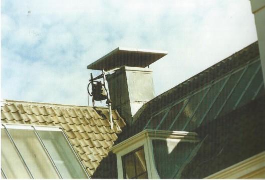 De gerestaureerde luidklok op het dak van Berkenrode