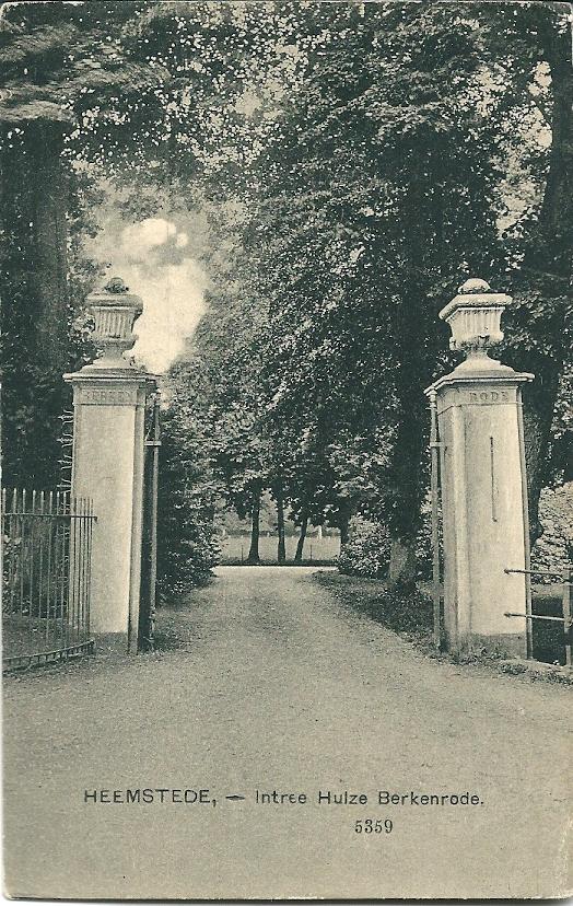 Monumentale poort naar Berkenrode op een ansichtkaart uit circa 1920. Met een smeedijzeren hek en door vazen bekroonde pijlers aan de Herenweg 127, Heemstede