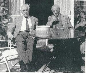 Kort voor het overlijden van Harry Prenen op bezoek bij zijn vriend Jan Bomans, gemaakt foto in de tuin van huize Elba. De koektrommel in hun midden maar Prenen gaf de voorkeur aan een sigaartje.