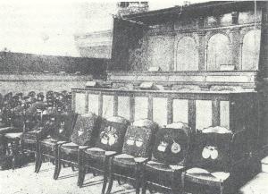 Voor de 'Beels-bank' stond een zevental stoelen. De kussens dragen de wapens van de dames Van Lennep en dateren van 1844/1845. De 'Beels-bank' is verplaatst naar de westwand van het kerkschip. Links op de foto is de bank van de heren Van Lennep te zien, tegen de westwand van de uitbouw (E.Sneller, Heemstede rond Beets, pagina 57)