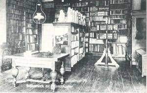Prentbriefkaart van de bibliotheek in het Bisschoppelijk Museum te Haarlem rond 1910