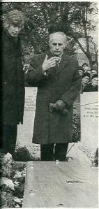 Jan Bomans was een veelvuldig bezoeker van begraafplaatsen. Op deze foto uit 1974 brengt hij - met naast hem Paul van Vliet - een laatste groet aan Wim Sonneveld