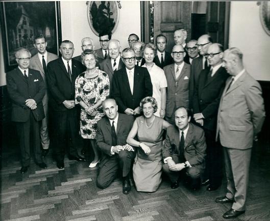 Afscheidsfoto van de gemeenteraad Heemstede in 1970. Achterste rij staand v.l.n.r.: dr.J.de Ruiter, H.Smit, dr.J.v.d.Briel, secretaris mr.J.Kruitwagen, ing.M.v.d.Hulst, ir.D.Enschedé. Middelste rij: H.Verkouw, C.Brandsma, M.Scheer, Th.Verhoeven, en G.Willermse. Voorste rij: mw.mr.A.Gaasterland-Braaksma, mr.O.van Wijk, mw.H.v.d.Meulen-Houwer, H.Rücker, H.van Ark, dr.J.van Berckel en G.Kuiper. Helemaal vooraan nederig gehurkt maar duidelijk aanwezig: J.Bomans (toen Noodraad van de Boerenpartij), w.drs.E.Vriezendorp-de Clercq en J.Beijen.