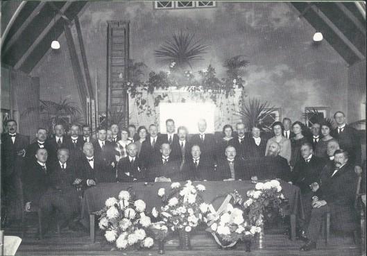 De officiële opening van de Bosch en Hovenchool op 1 september 1924. Op de voorste rij zittemd van links naar rechts de heren Van Duin, Schipper, H.B.de Haan, wethouder Van de Poll, burgemeester Van Doorn, dominee F.KORFF, wethouder E.Droog, broeder A.Hoekendijk van Meer en Bosch, jonkheer P.Teding van Berkhout, A.Honing en N.Wildschut.