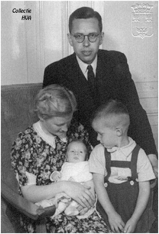 Dr.M.L.W.Schock met zijn echtgenote en twee kinderen in Veere, 1944 Hij was predikant in Heemstede van 1961 tot 1968 (Historische Vereniging Arnemuiden)