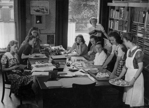 De redactieleden van het blad Libelle op hun kantoor van de Spaarnestad in Haarlem. Helemaal rechts met een schaal hapjes is culinair schrijfster Mia Snelder. Tweede van links zien we mej. Van Liempt (foto Henk Hilterman, 1947)
