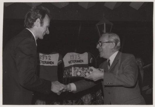 Wethouder G.J.Willemse (rechts) biedt in 1974 Piet Steenvoorden een cadeau aan namens de gemeente Heemstede tijdens een huldigingsbijeenkomst ter ere van zijn afscheid als wielrenner.