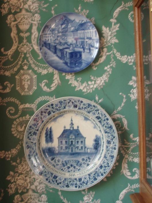Onder: een Delfts Blauw herinneringsbord bij gelegenheid van een sportuitwisseling in 1949 vervaardigd met een voorstelling van het raadhuis van Heemstede. Het bord bevindt zich in de burgemeesterskamer van het stadhuis in Leamington Spa.