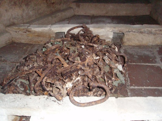 De hengsels van de vermolmde kisten zijn in 1938 bewaard gebleven.