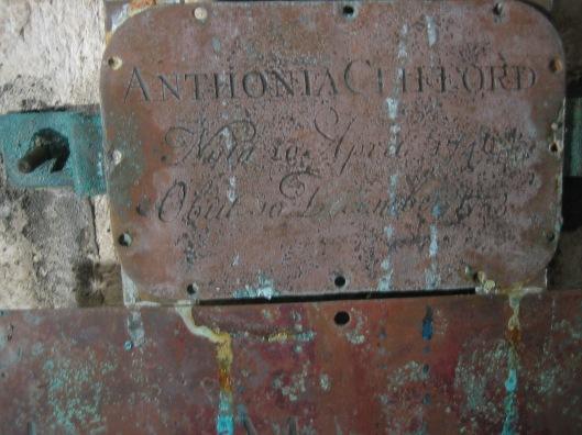 Naamschildje Anthony Clifford, 1753 in grafkelde Pauw Oude Kerk Heemstede