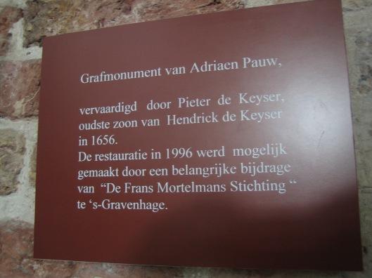 Bordje met juiste naam van Pieter Keyser als vervaardiger van het grafmonument Adriaen Pauw