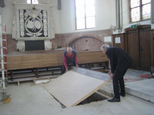 Hans Krol en 'kerkvader' Pieter Burghoorn sluiten de grafkelder van Pauw in de Oude Kerk Heemstede provisorisch af, 28 mei 2015