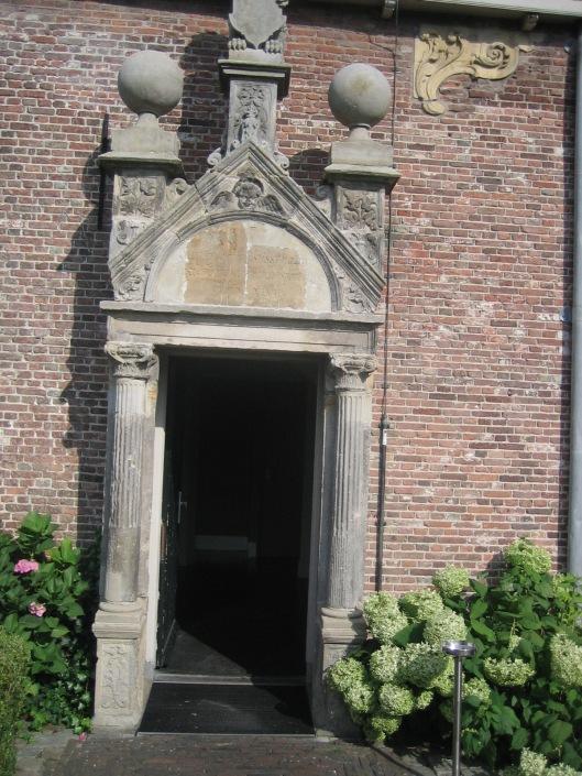 Het zogeheten Tecklenburgse Poortje dat vroeger voorde hoofdingang van het kasteel stond en tegenwoordig voor een zijingang van het bijgebouw staat.