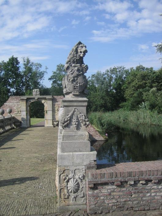 Een van de 2 gebeeldhouwde leeuwen aan de noordzijde van de Vredesbrug bij het Oude Slot