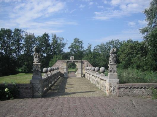 De omstreeks 1646 gebouwde stenen Pons Pacis ofwel Vredesbrug, uit restanten van de afgebroken Marepoort in Leiden.
