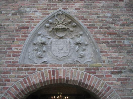 Sluitsteen met heraldisch wapen in de Duivenpoort, Oude Slot Hemstede