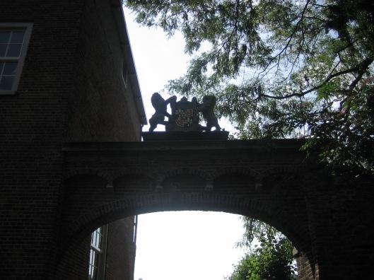 Restant poort naar bijgebouw wn omgeving Oude Slot Heemstede met wapen heraldisch geslachtswapen