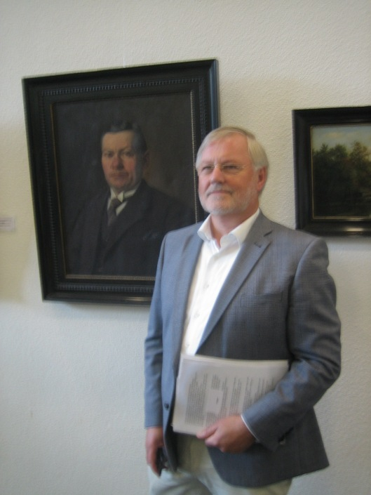Twee gemeentesecretarissen met hart voor Heemstede in het raadhuis gefotografeerd op 3 september 2015. Links A.A.Swolfs, van 1906-1925 en rechts mr.W.van den Berg vanaf 1989.