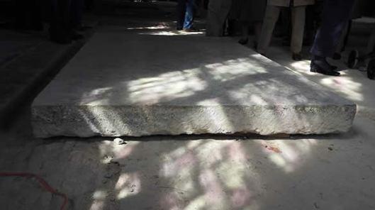 De zware stenen sluitsteen ofwel afdekplaat, die via een trap toegang geeft naar de grafkelder Pauw in 2015 voor het eerst sinds 1938 gelicht