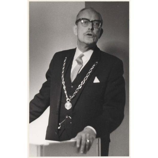 Burgemeester Ridder Van Rappard met ambtsketen bij opening van showroom weverij De Ploeg in het Oude Slot, 1969.