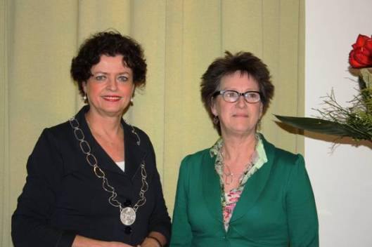 Op verzoek van burgemeester mw. M.Heeremans is een lichtere ambtsketen vervaardigd (van 250 gram; de oude weegt ongeveer driekwart kilo) door de Heemsteedse edelsmid Rosita van Wingerden (rechts op de foto).