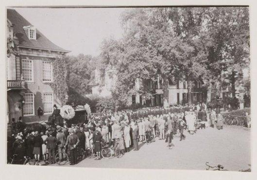 Begrafenis met korpseer vanaf het politiebureau via het raadhuis naar de algemene begraafplaats voor politieagent P.van Duyn in 1943
