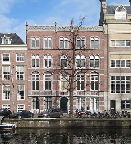 In 1923 verbouwde ade Duitse architect H.C.Berchtenbreiter voor de fianciële handelsfirma Pröhl en Gutmann in Amsterdam het pand Keizersgracht 569, verenigd met nummer 571.