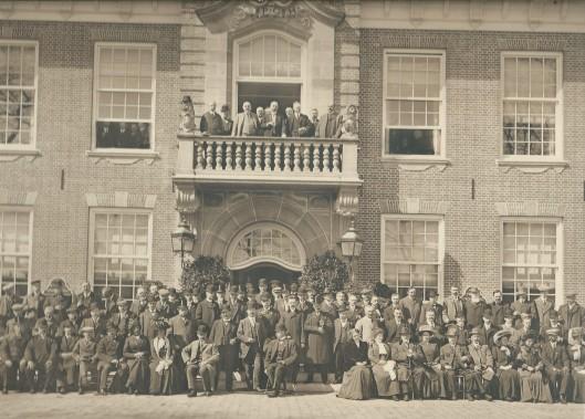 Bezoek van bestuurders en deelnemers FLORA 1910 in de Haarlemmerhout aan het raadhuis in Heemstede. In het midden op het balkon burgemeester jhr. mr.D.E.van Lennep