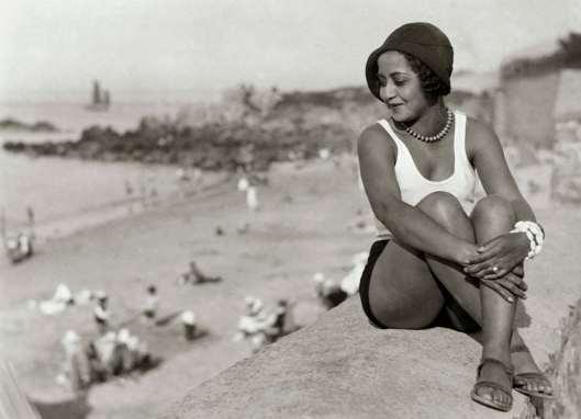 Vrouw op het strand in Biarritz, Frankrijk door Kurt Lubinski, gepubliceerd in Het Leven (Spaarnestad Photo)