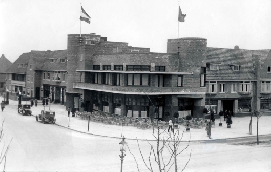 Exterieur van hotel-restaurant-café Boekenrode bij het station Heemstede-Aerdenhout in 1929