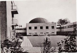 Binnentuin Bosbeek met nieuwbouw verpleeghuis en kapel
