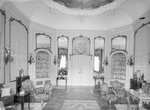 Interieurfoto van salon Bosbeek met 'witje' boven de deur