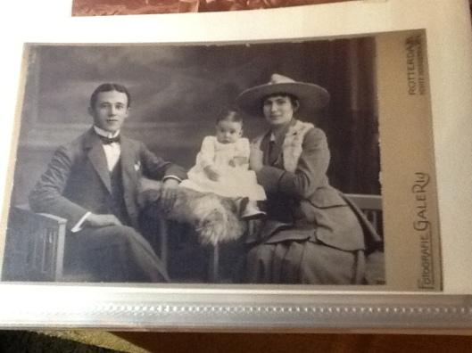 Foto van Mozes (Morit) Brücker (geb.1892) en echtgenote Rosetta Brücker-Eijl (geb.1896) met 1 dochtertje. De beide echtelieden zijn 6 maart 1944 omgebracht in Auschwitz.