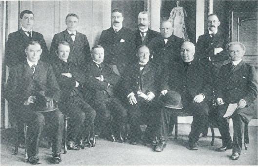 De gemeenteraad van Heemstede in 1904. Staande derde van links secretaris A.G.A.baron Collot d'Escurt.