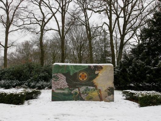 Monument met plaquette ter nagedachtenis van omgekomen Joden uit het Apeldoornsche Bos (foto Cees Baars)