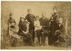 Burgemeester Jan Philip Dolleman (1842-1891) en zijn gezin op een kabinetfoto van Cordes (RKD-Den Haag)
