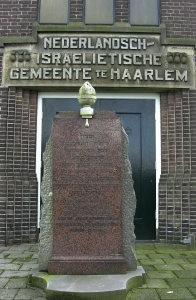 Gedenksteen voor joodse slachtoffers van de Tweede Wereldoorlog op de joodse begraafplaats aan de Amsterdamsevaart in Haarlem (foto Noord-Hollands Archief)
