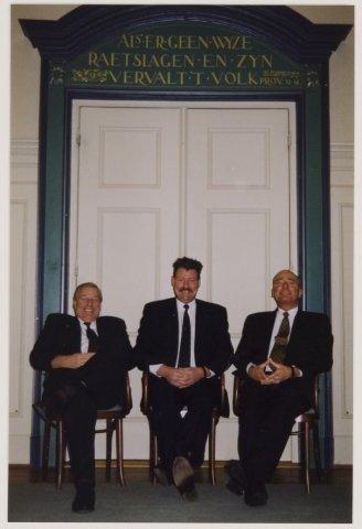 3 gemeentebodes van Heemstede voor de voormalige raadzaal, tegenwwwordig voornamelijk in gebtuik als trouwzaal. V.l.n.r. Carel Cornelissen, Hans Zwemmer en de heer F(rans) L.Burgers, 1998 (NHA)