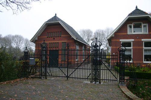 Op de Joodse begraafplaats aan de Iepenlaan in Groningen liggen 34 graven van slachtoffers in de Tweede Wereldoorlog, o.a. van Leopold David (Louis) de Jong.